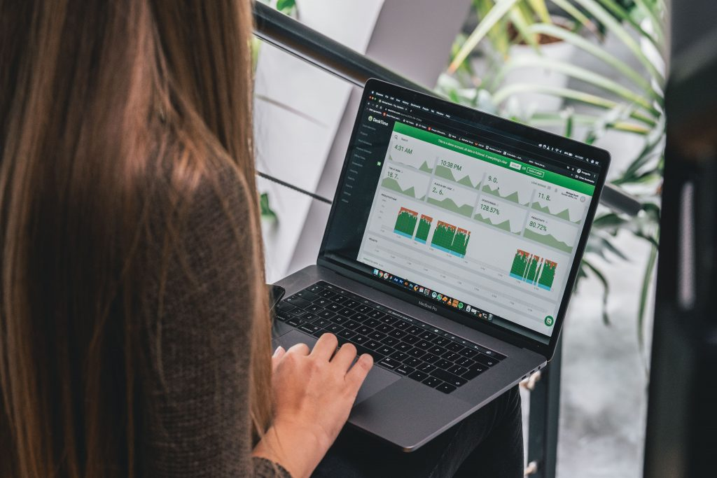 Girl uses DeskTime to track time and be more productive